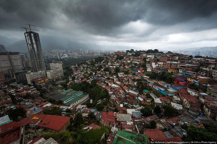 Мадуро проинформировал о  ликвидации 2-х  нападавших навоенную базу вВенесуэле