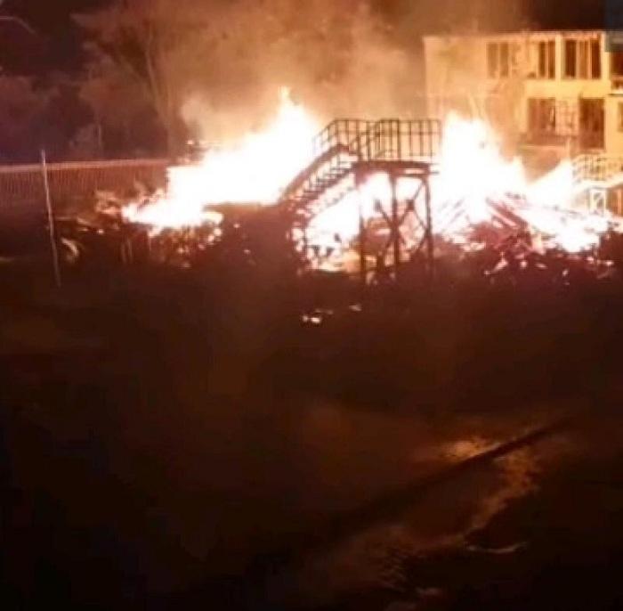 Трое детей погибли вгорящем лагере вОдессе, огонь плавил соседние корпуса