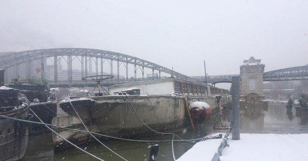 Вцентре Парижа затонула жилая баржа «Луиза Катерина»