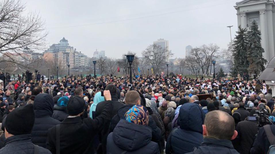 Около Десятинной церкви вКиеве начался митинг
