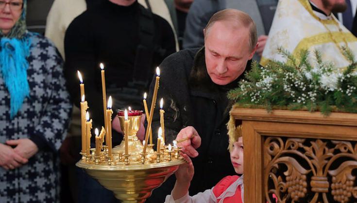 Путин впроцессе рождественского богослужения подарил икону церкви вПетербурге