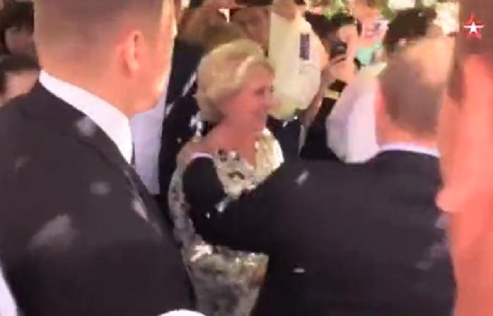 Размещено видео, как вцентральной части Москвы женщина поцеловала В.Путина вщеку