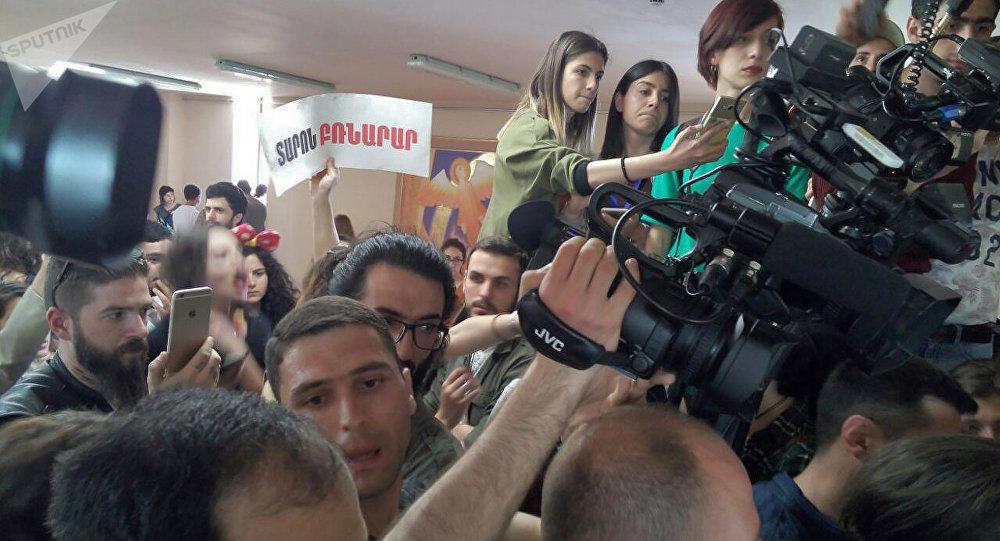 Протестующие прорвались вгородскую администрацию, требуют отставки главы города — Ереван
