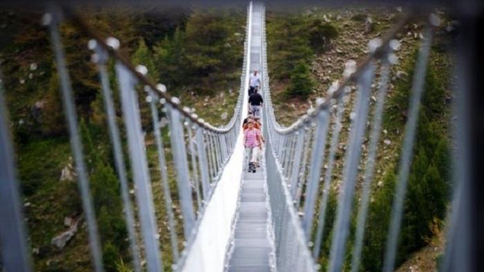 ВШвейцарии открыли самый длинный вмире висячий пешеходный мост
