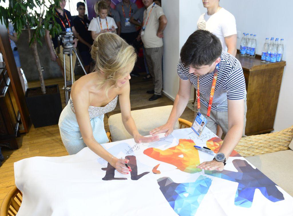 Эстрадная певица Валерия вышла накрасную дорожку впрозрачном наряде