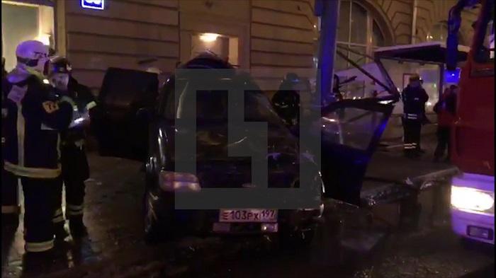 Автомобиль протаранил остановку в столицеРФ