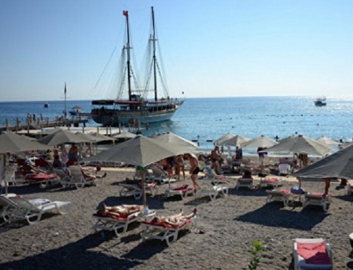Персонал турецкого отеля напал на российских туристов с битами и стульями из‐за жалобы