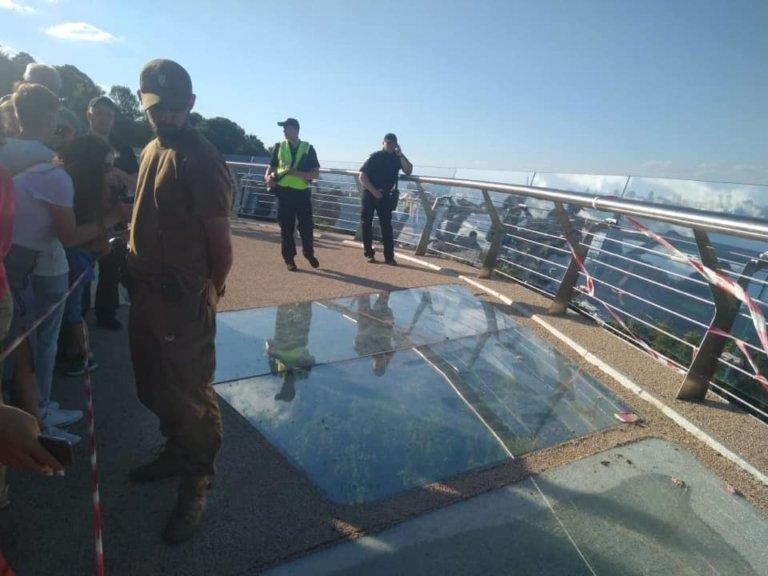 Новый мост в Киеве треснул после «активного скакания»